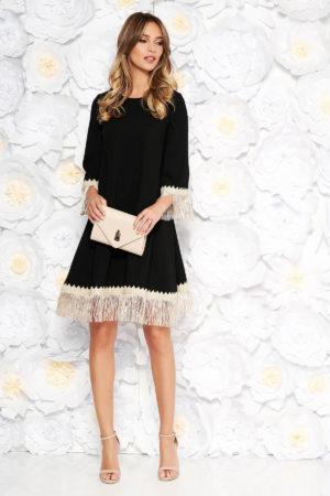 Rochie eleganta neagra cu croi larg accesorizata cu franjuri si inchidere cu fermoar la spate LaDonna