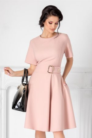 Rochie in clos roz pal pentru office cu decolteu rotund si talia marcata cu o catarama supradimensionata Nadine