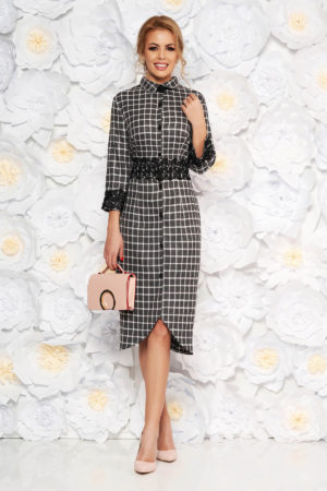 Rochie midi neagra in carouri eleganta cu aplicatii de dantela brodata la maneci si in talie