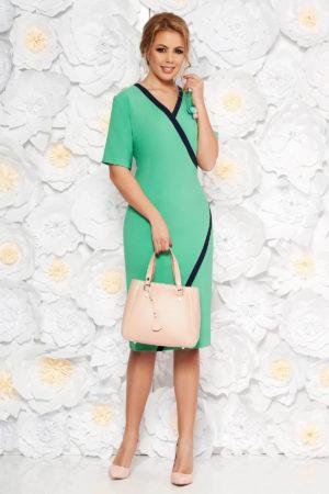 Rochie office verde deschis midi eleganta tip creion cu decolteu in v si maneci scurte decorata cu o brosa