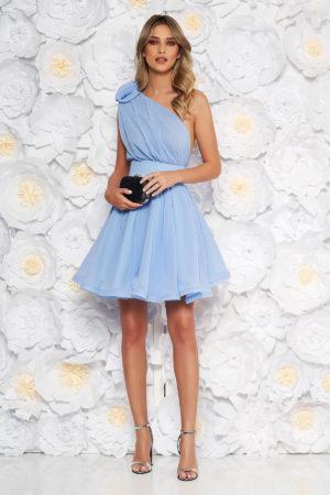 Rochie scurta asimetrica albastra-deschis din voal de lux Ana Radu cu aplicatie florala la umar