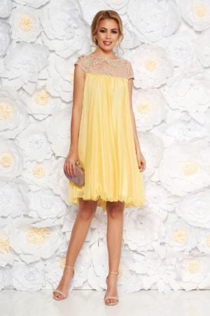 Rochie scurta galben mustar eleganta de ocazie cu croi larg lejer realizata din voal cu broderie delicata Artista