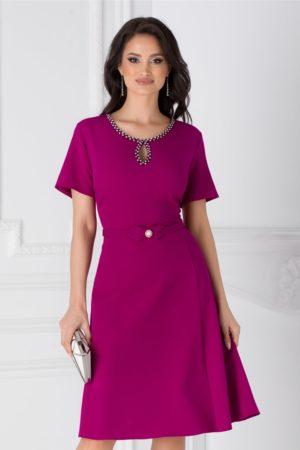 Rochie de zi magenta eleganta cu decupaj la decolteu si strasuri Ivette prevazuta cu o croiala in clos vaporoasa