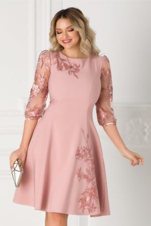 Rochie eleganta roz cu croiala in clos accesorizata cu flori brodate handmade LaDonna