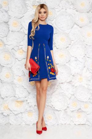 Rochie scurta albastra de zi cu croi in A si insertii de broderie florala colorata SunShine pentru primavara