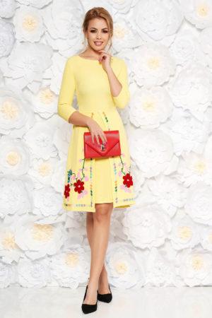Rochie scurta galbena de zi cu croi in A si insertii de broderie florala colorata SunShine pentru primavara
