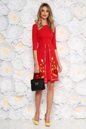 Rochie scurta rosie de zi cu croi in A si insertii de broderie florala colorata SunShine pentru primavara