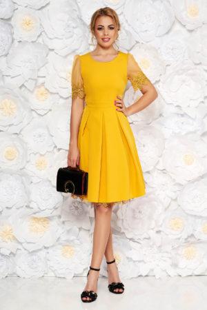 Rochie eleganta de seara galbena cu maneci scurte si transparente accesorizata cu insertii discrete de dantela