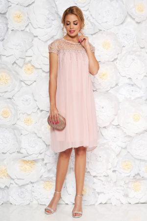 Rochie din voal roz de ocazie cu croi larg prevazuta cu maneci scurte din dantela transparenta si aplicatii florale delicate