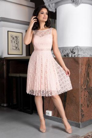 Rochie eleganta de ocazie roz piersica din dantela cu croila in clos prevazuta cu bust buretat si pietre strass Kyrra
