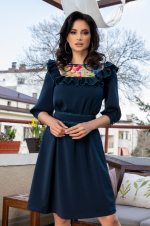 Rochie de ocazie bleumarin eleganta accesorizata cu broderie si volanas la umeri La Donna Louanna