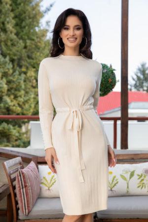 Rochie crem de zi office din material tricotat fin accesorizata cu perlute la manecile lungi Raysa