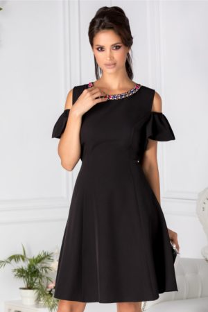 Rochie de ocazie neagra eleganta cu aplicatii de pietre colorate la guler si maneci decupate Preta
