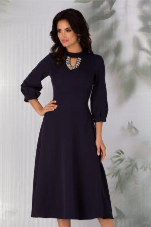 Rochie eleganta bleumarin in clos cu decolteul decorat cu perlute si strasuri Carmen
