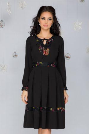 Rochie eleganta neagra in clos cu insertii din dantela si broderie florala Moze